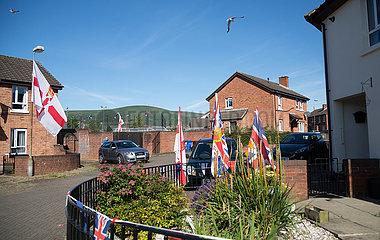 Grossbritannien  Nordirland  Belfast - Protestantischer Teil von West Belfast  Union Jacks und Ulster Flaggen vom Orangemens Day am Ashmore Place