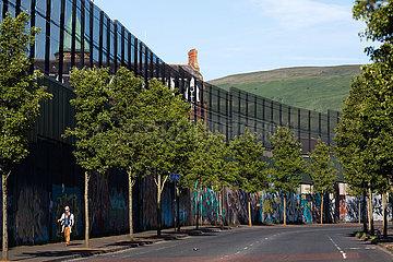 Grossbritannien  Nordirland  Belfast - Protestantischer Teil von West Belfast (Cupar Way)  der Peace Wall teilt Stadtteil nach Konfession