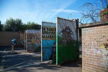 Grossbritannien  Nordirland  Belfast - Tagsueber offenes Tor am Peace Wall (teilt Stadtteil nach Konfession)  protestantischer Teil von West Belfast.