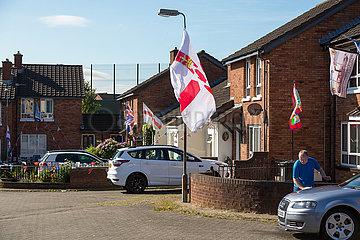 Grossbritannien  Nordirland  Belfast - Protestantischer Teil von West Belfast  Union Jacks und Ulster Flagge vom Orangemens Day am Ashmore Place