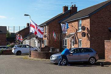 Grossbritannien  Nordirland  Belfast - Protestantischer Teil von West Belfast  Union Jack und Ulster Flagge vom Orangemens Day am Ashmore Place
