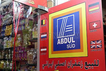 Dubai  Vereinigte Arabische Emirate  Geschaeft in einem Souq mit dem Ladenschild Abdul Sued