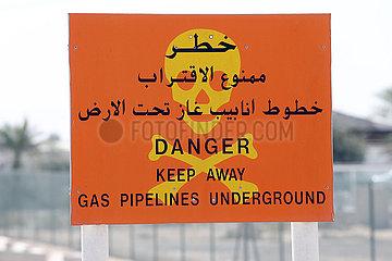 Dubai  Vereinigte Arabische Emirate  Warnschild vor Gaspipelines im Untergrund