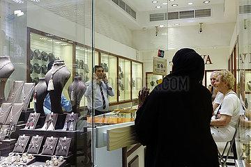 Dubai  Vereinigte Arabische Emirate  Einheimische betritt ein Juweliergesch?ft im Gold Souq