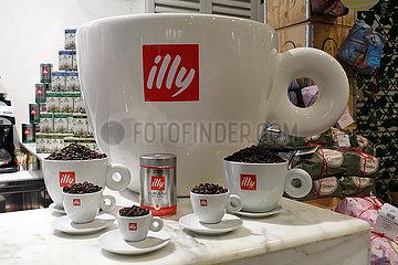 Dubai  Vereinigte Arabische Emirate  Tassen des Kaffeekonzerns Illy