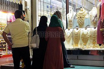 Dubai  Vereinigte Arabische Emirate  Einheimische schauen sich die Auslagen in einem Schaufenster des Gold Souq an