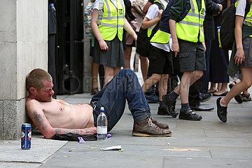 London  Grossbritannien  Obdachloser schlaeft mit freiem Oberkoerper auf der Strasse