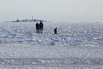 Helsinki  Finnland  Menschen laufen ueber die gefrorene Ostsee