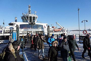 Helsinki  Finnland  Menschen verlassen im Hafen das Passagierschiff Suomenlinna Sveaborg