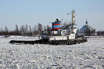 Helsinki  Finnland  Schlepper Hector auf der gefrorenen Ostsee