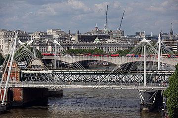 London  Grossbritannien  Blick auf die Hungerford Bridge und die Waterloo Bridge an der Themse