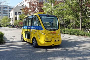 Berlin  Deutschland  Testbetrieb eines autonomen Kleinbusses der BVG auf dem Campus des Virchow-Klinikum