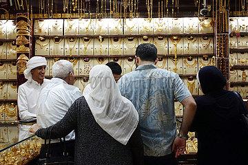 Dubai  Vereinigte Arabische Emirate  Einheimische in einem Juweliergeschaeft des Gold Souq