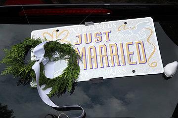 Berlin  Deutschland  Schild mit der Aufschrift Just Married auf der Heckscheibe eines PKW
