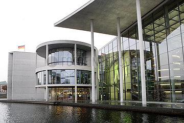 Berlin  Deutschland  Blick auf das Paul-Loebe-Haus von der Spree aus