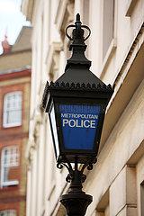London  Grossbritannien  Lampe mit der Aufschrift Metropolitan Police