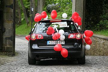 Berlin  Deutschland  Auto ist fuer ein Hochzeitspaar geschmueckt