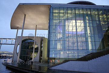Berlin  Deutschland  Blick auf das Marie-Elisabeth-Lueders-Haus am Abend von der Spree aus