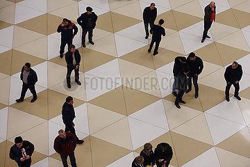 Baku  Aserbaidschan  Menschen im Terminal des Heydar Aliyev International Airport