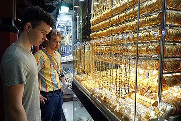 Dubai  Vereinigte Arabische Emirate  junge Touristen schauen sich die Auslagen in einem Schaufenster des Gold Souq an