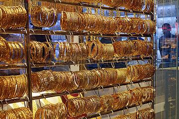 Dubai  Vereinigte Arabische Emirate  Goldene Armreifen in einem Schaufenster