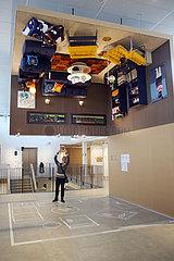 Aelmhult  Schweden  Besucherin fotografiert im IKEA-Museum ein an der Decke haengendes Zimmer