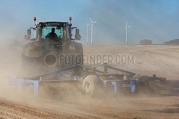 Goerlsdorf  Deutschland  Landwirt eggt sein trockenes Feld