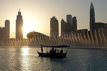 Dubai  Vereinigte Arabische Emirate  Wasserspiele am Burj Khalifa Lake