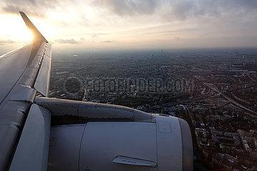 Berlin  Deutschland  Blick auf die Stadt aus einem Flugzeug kurz vor der Landung