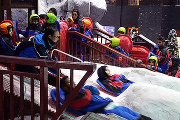 Dubai  Vereinigte Arabische Emirate  Menschen stehen in der Indoorskihalle Ski Dubai an der Rutsche an