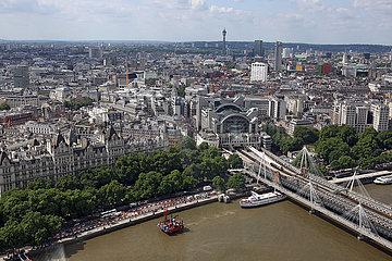 London  Grossbritannien  Blick auf den Bahnhof Charing Cross und die Hungerford Bridge an der Themse