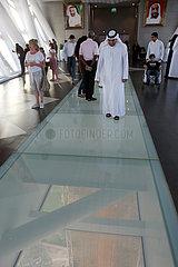 Dubai  Vereinigte Arabische Emirate  Menschen laufen ueber den Glasboden im Dubai Frame