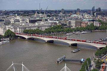 London  Grossbritannien  Blick auf das Somerset House und die Waterloo Bridge an der Themse