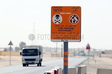 Dubai  Vereinigte Arabische Emirate  Warnschild vor einer Hochdruck-Gaspipeline im Untergrund
