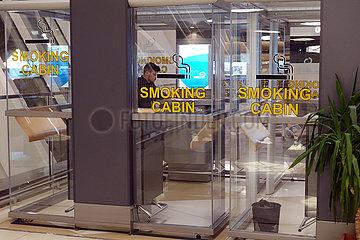 Baku  Aserbaidschan  Raucherkabinen im Terminal des Heydar Aliyev International Airport