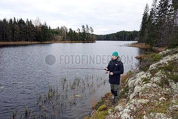 Braenna  Schweden  Junge beim Angeln an einem See