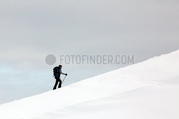 Armentarola  Italien  Mann macht allein eine Schneeschuhwanderung