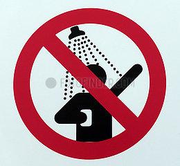 Dubai  Vereinigte Arabische Emirate  Schild - Duschen verboten -