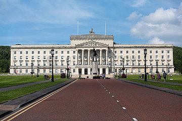 Grossbritannien  Belfast - Stormont Castle  Sitz der Nordirland-Versammlung und Regierung Nordirlands - ab Januar 2017 suspendiert. Vorn Denkmal von Baron Carson