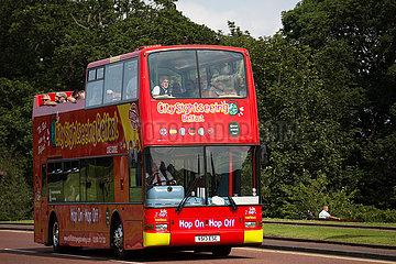 Grossbritannien  Belfast - Bus mit Touristen  Stormont Castle  Sitz der Nordirland-Versammlung und Regierung Nordirlands - ab Januar 2017 suspendiert.