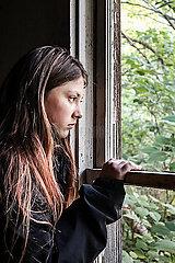 Mädchen blickt aus dem Fenster