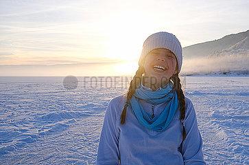 Mädchen in verschneiter Landschaft