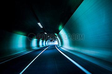 Straßentunnel mit Licht am Ende des Tunnels