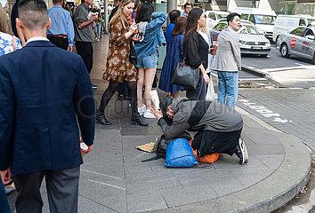 Sydney  Australien  Fussgaenger und Strassenbettler in der Innenstadt