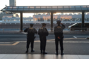 Tokio  Japan  Polizisten in Uniform am Flughafen Narita