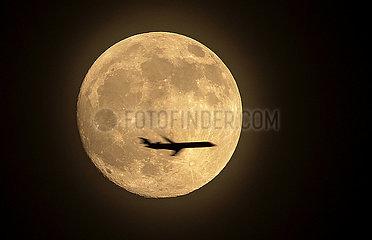 Flugzeug vor Vollmond  Muenchen  Januar 2020