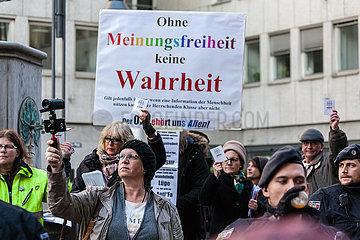 Demonstration von KOELN GEGEN RECHTS gegen Kundgebung von 5-7 Rechten die den oeffentlich rechtlichen Rundfunk anlaesslich der WDR Produktion OMA UMWELTSAU kritisieren