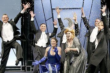 Theater am Kurfuerstendamm Berlin DIE COMEDIAN HARMONISTS BESUCHEN FRAU LUNA