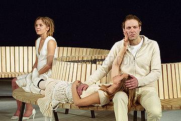 Maxim Gorki Theater Berlin WANN WIRD ES ENDLICH WIEDER SO  WIE ES NIE WAR?