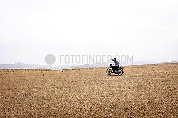 Iran  einsamer Motorradfahrer in der Steinwüste | Iran  lonely motorcyclist in the stone desert